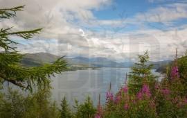 Paesaggio su lago scozzese